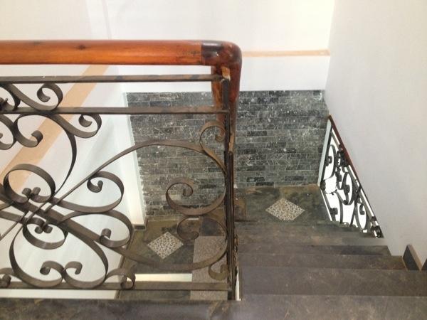 Cầu thang nhà gần ngã tư 550 dĩ an buôn bán.jpg