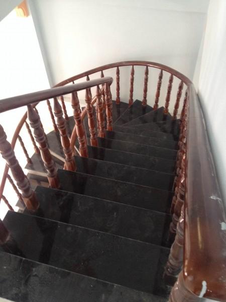 Cầu thang nhà gần chợ dĩ an, giáp danh siêu thị Big C dĩ an, bình dương