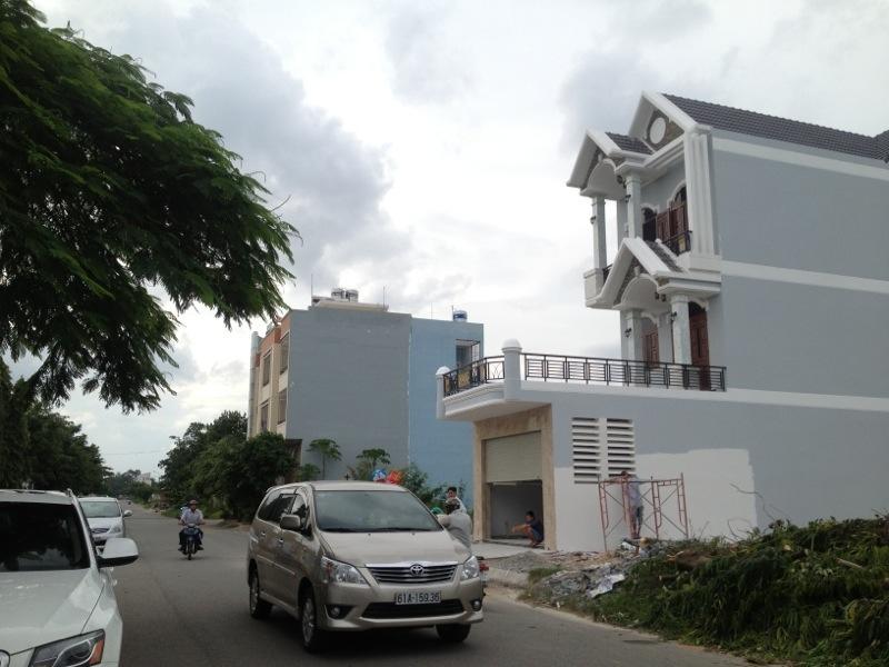 mặt đường căn nhà đối diện trường học