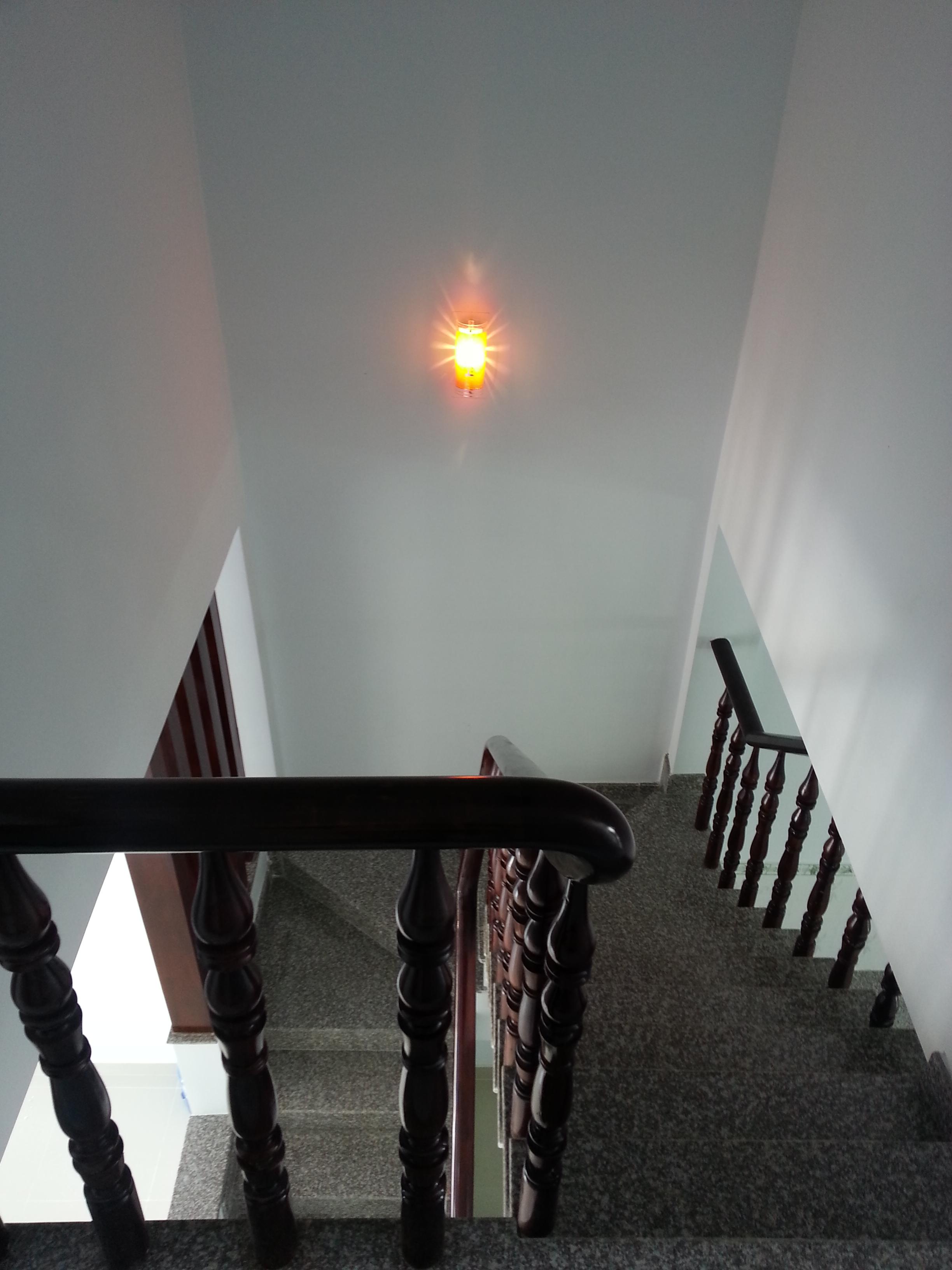cầu thang nhà gần đường nguyễn hửu cảnh TX dĩ an
