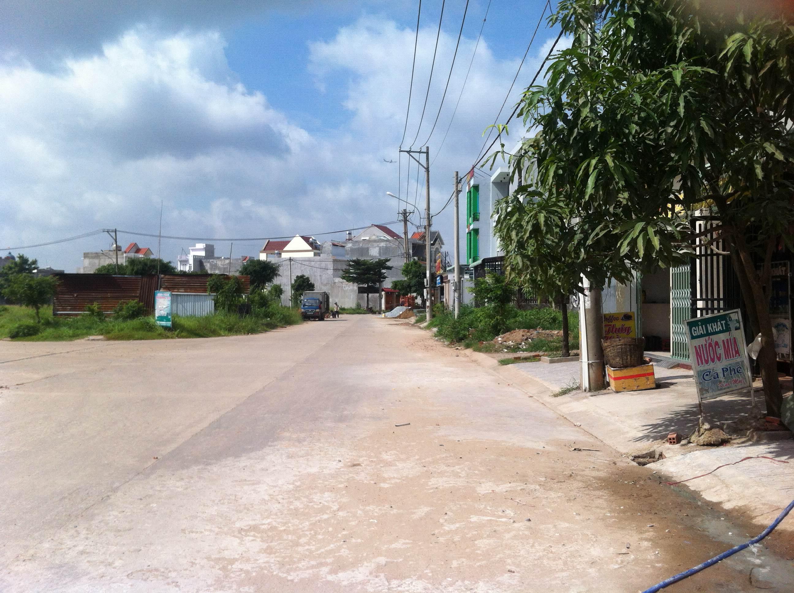 Đường trước căn nhà mặt tiền đường nhựa đẹp tại trung tâm hành chính dĩ an