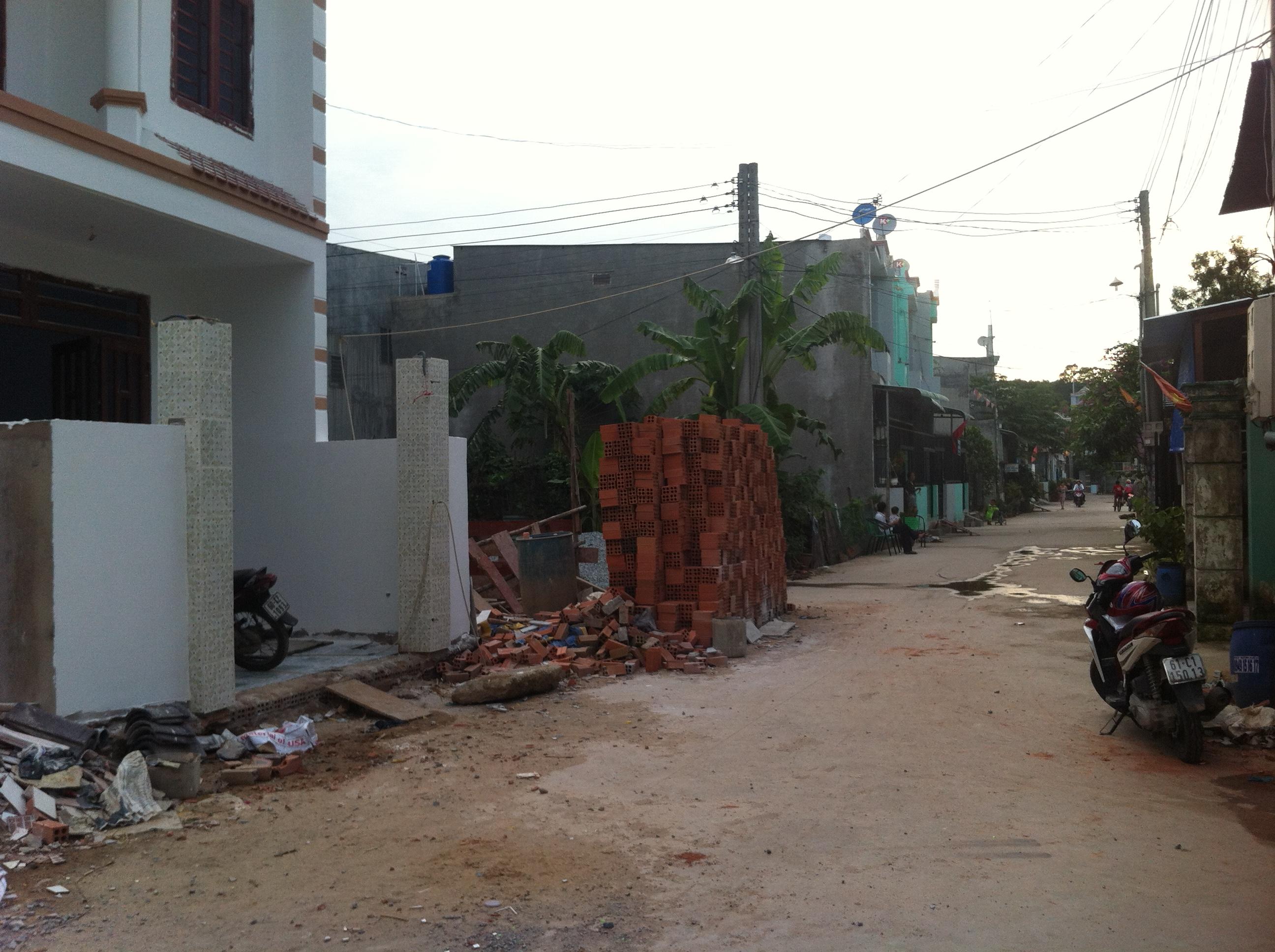 đường trước nhà ở dĩ an DT 68,4 m2 có sổ hồng riêng