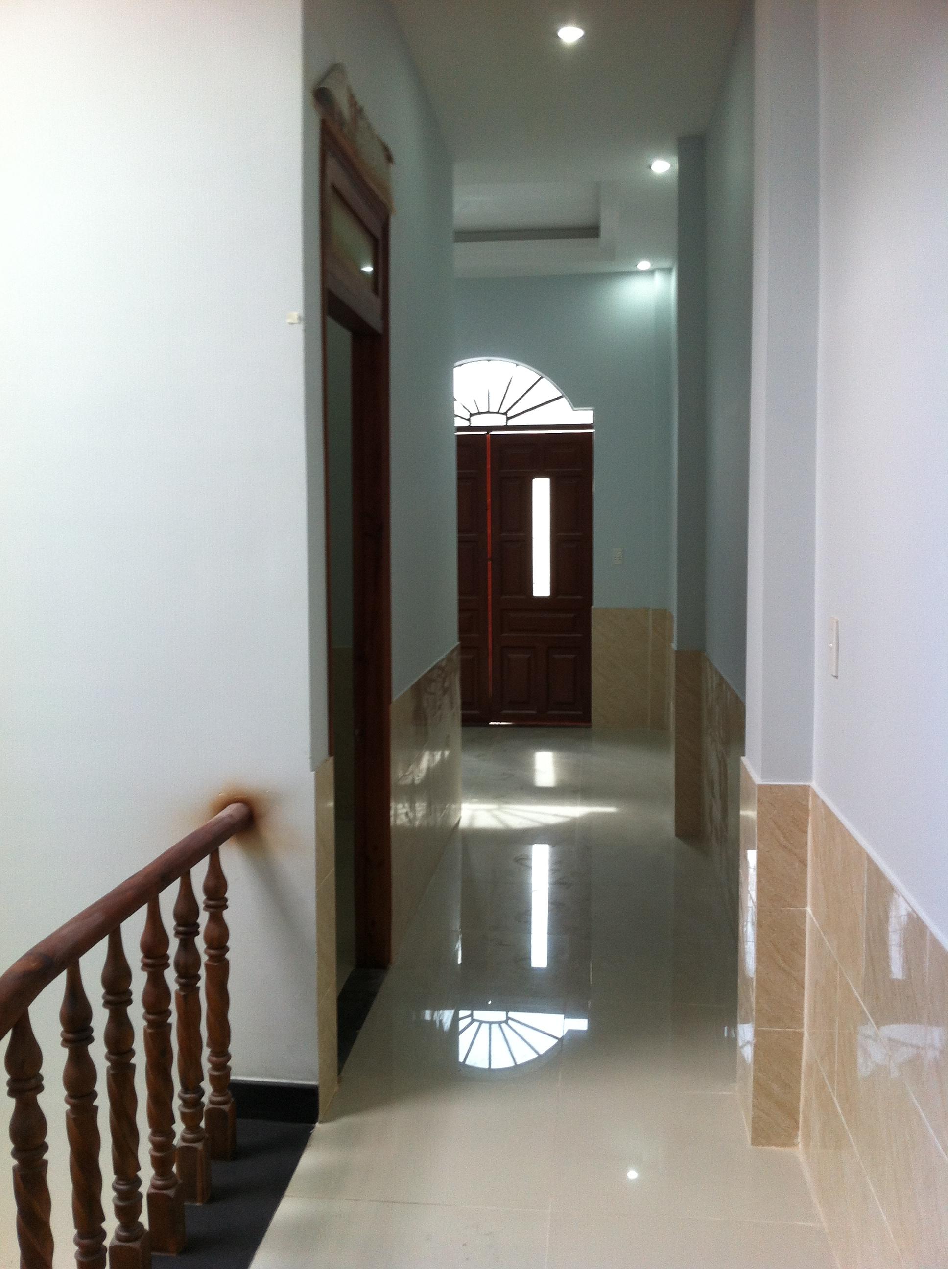 hành lang lầu 1 nhà phố mặt tiền buôn bán tốt ở dĩ an