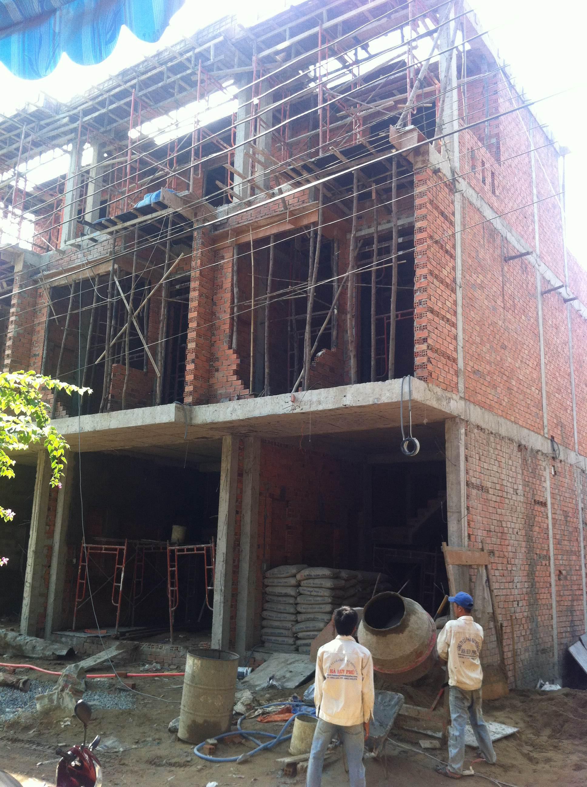 Phía trước căn nhà mới dĩ an giá rẻ