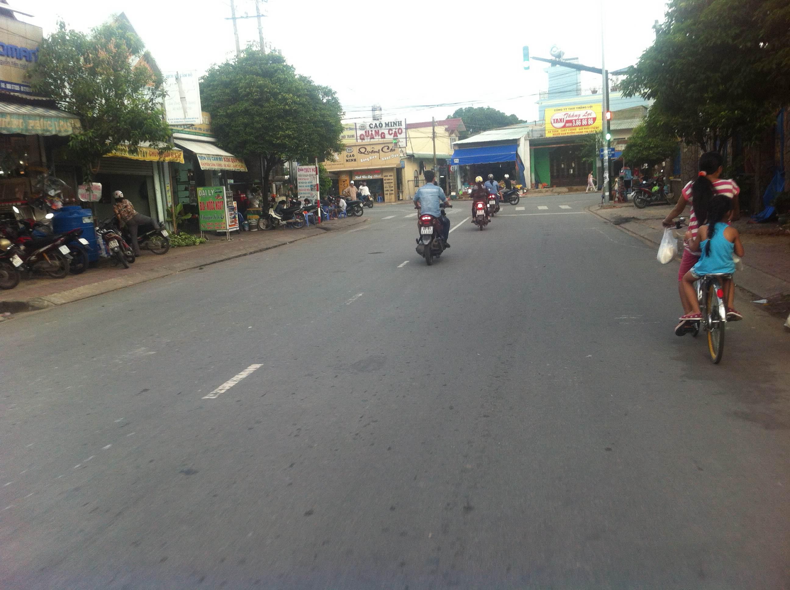 đường trước căn nhà mặt tiền đường nhựa, buôn bán tốt ở dĩ an
