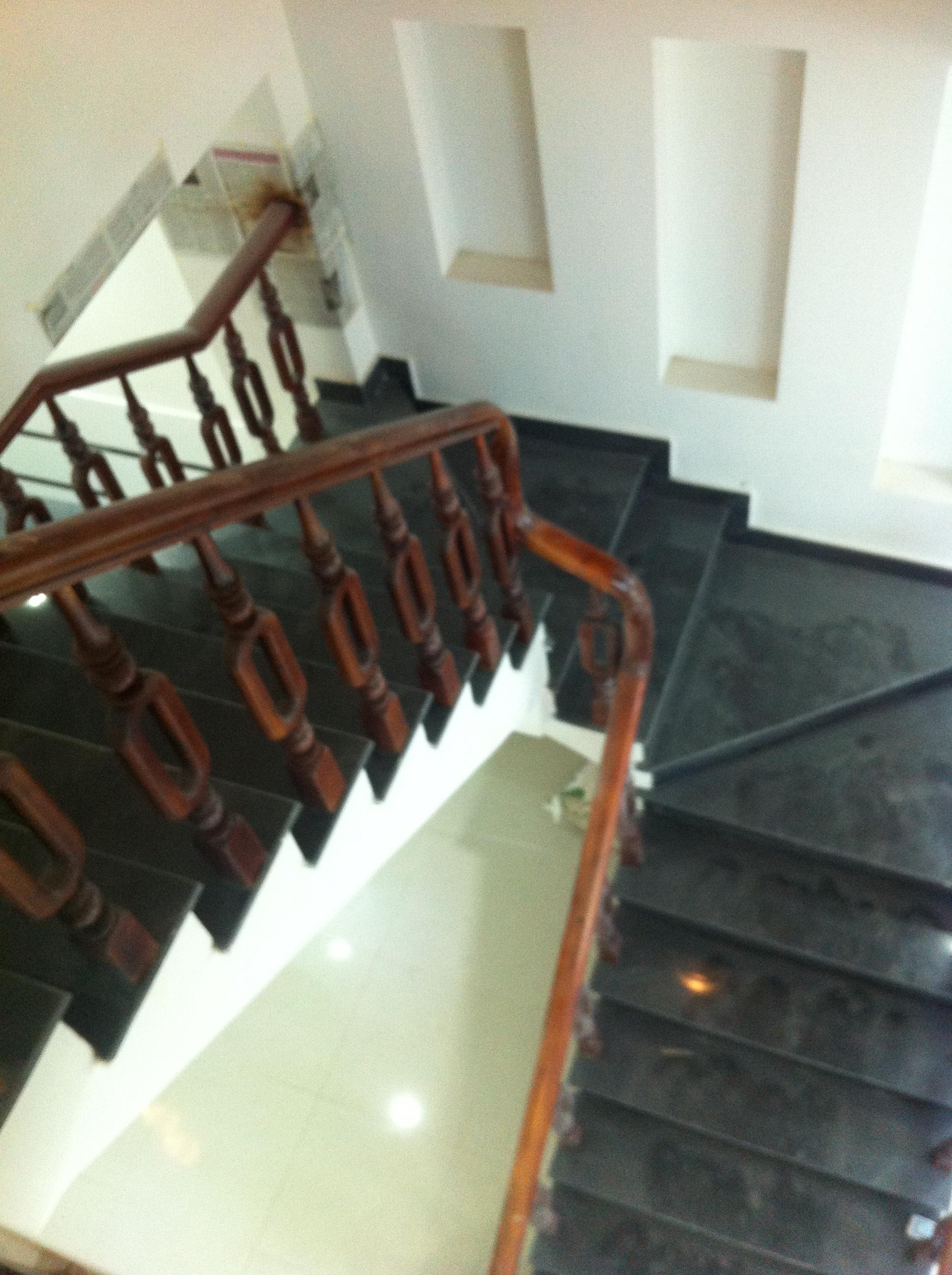 cầu thang nhà đẹp gần trung tâm chợ dĩ an