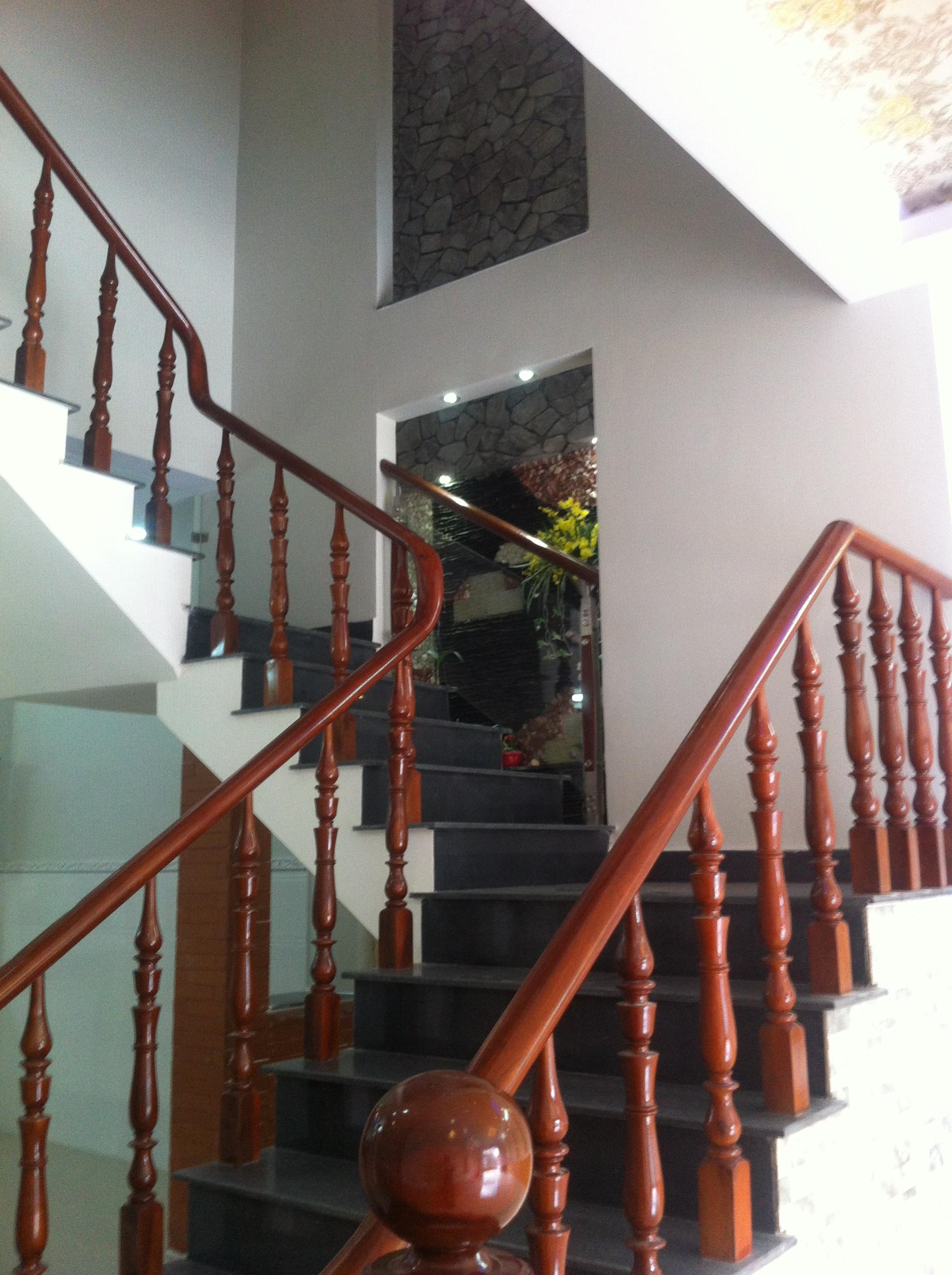 cầu thang nhà 3 lầu 1 trệt ở dĩ an DT : 116,8m2