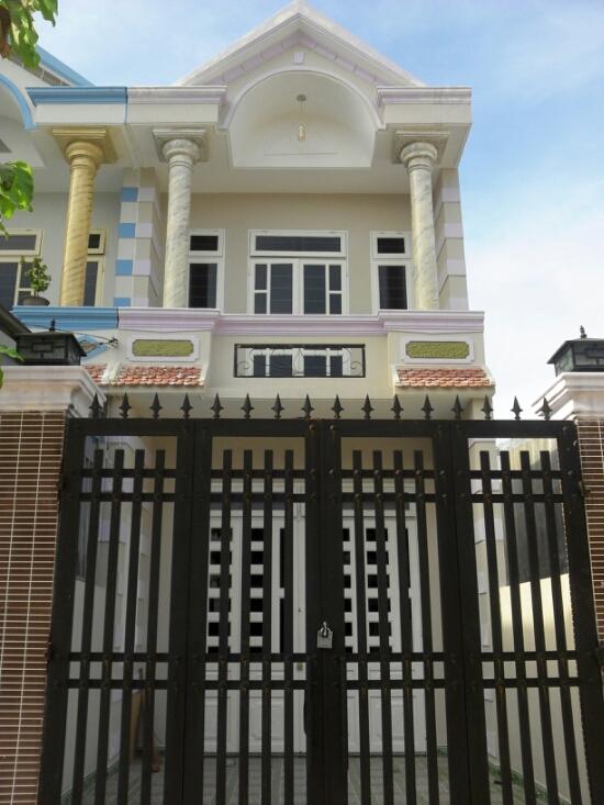 Phía trước nhà mặt tiền đường nhựa gần đường Lê Hồng Phong