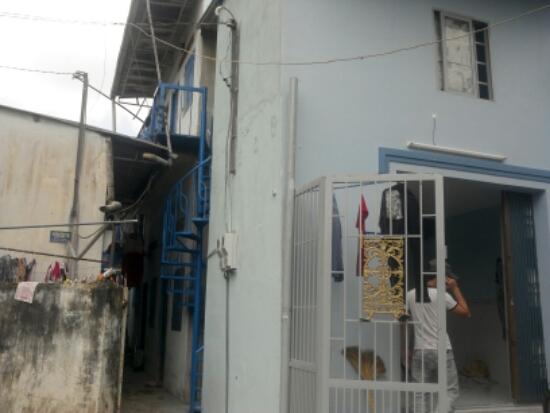phía trước dãy nhà trọ đang kinh doanh ngay chợ xóm nghèo