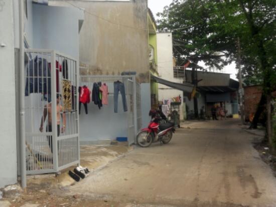 Đường phía trước dãy nhà trọ đang kinh doanh ngay chợ xóm nghèo