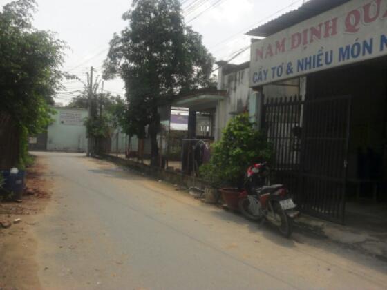 trước nhà mặt tiền đường nhựa gần đường Lê Hồng Phong