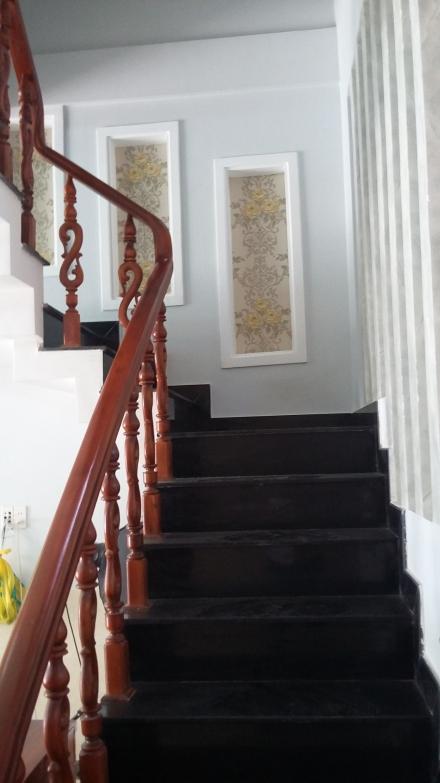 cầu thang nhà 2 lầu 1 trệt mặt tiền ngay trung tâm hành chính dĩ an, bình dương