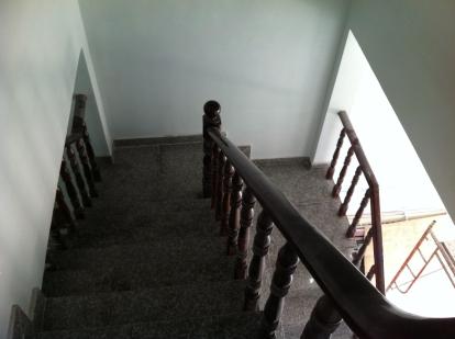 cầu thang nhà trong khu dân cư đông đúc ở dĩ an