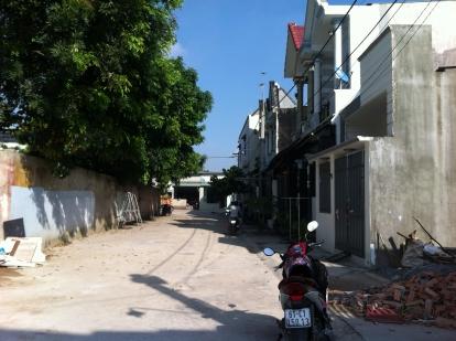Phía trước đường nhà trong khu dân cư đông đúc ở dĩ an