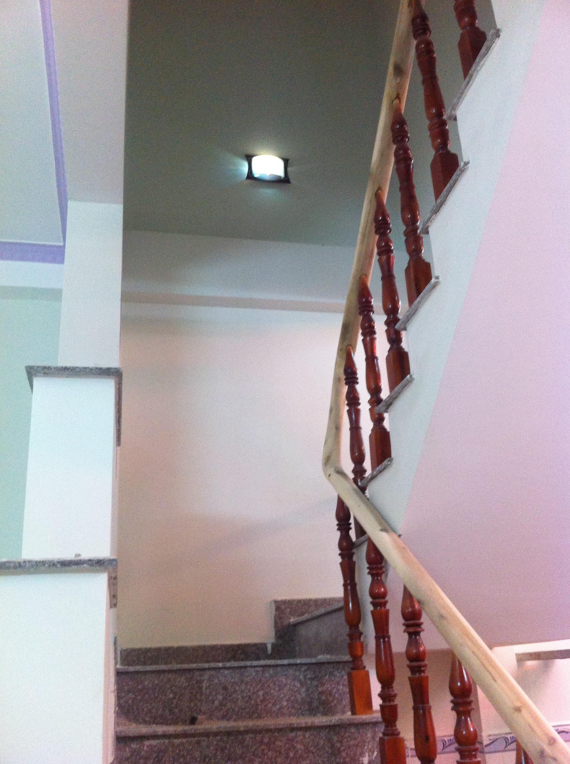 cầu thang nhà giá 730 triệu gần ngã tư chiêu liêu thị xã dĩ an