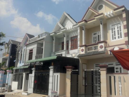 Phía trước Nhà phố đẹp giá rẻ gần chợ Tân Long