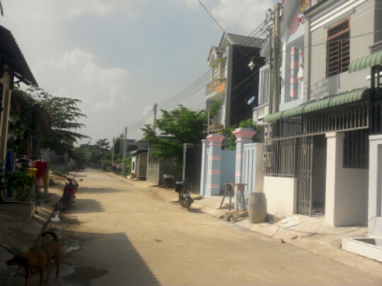 đường trước căn nhà lầu 1 Nhà phố đẹp giá rẻ gần chợ Tân Long
