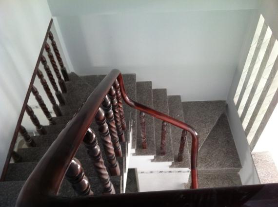 cầu thang nhà ngay khu phố thắng lợi 2 dĩ an bình dương