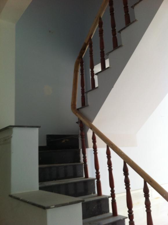 cầu thang nhà mới gần ngay mặt đường trần hưng đạo thị xã dĩ an