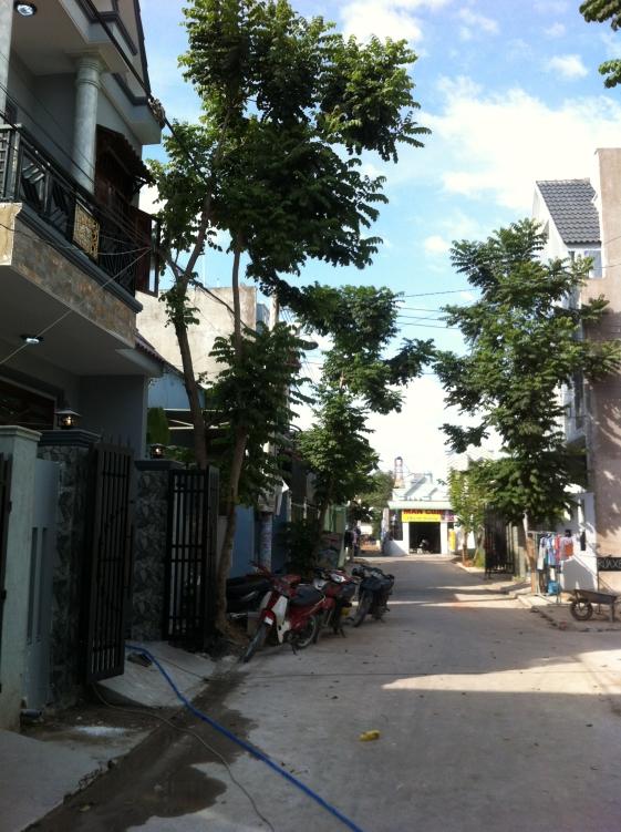 đường trước nhà kiến trúc đẹp trong khu dân cư đông ở dĩ an