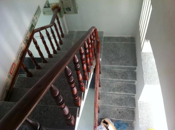 cầu thang nhà kiến trúc đẹp trong khu dân cư đông ở dĩ an