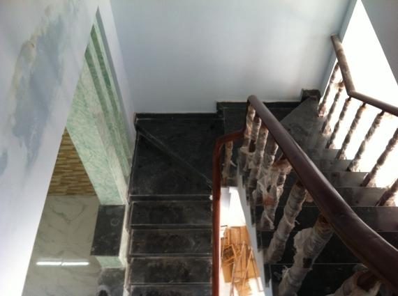 cầu thang nhà mặt đường kinh doanh buôn bán tốt ở dĩ an bình dương