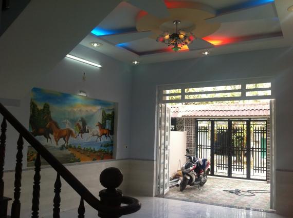 trần nhà nhà mới trong khu dân cư đông an ninh tốt ở dĩ an