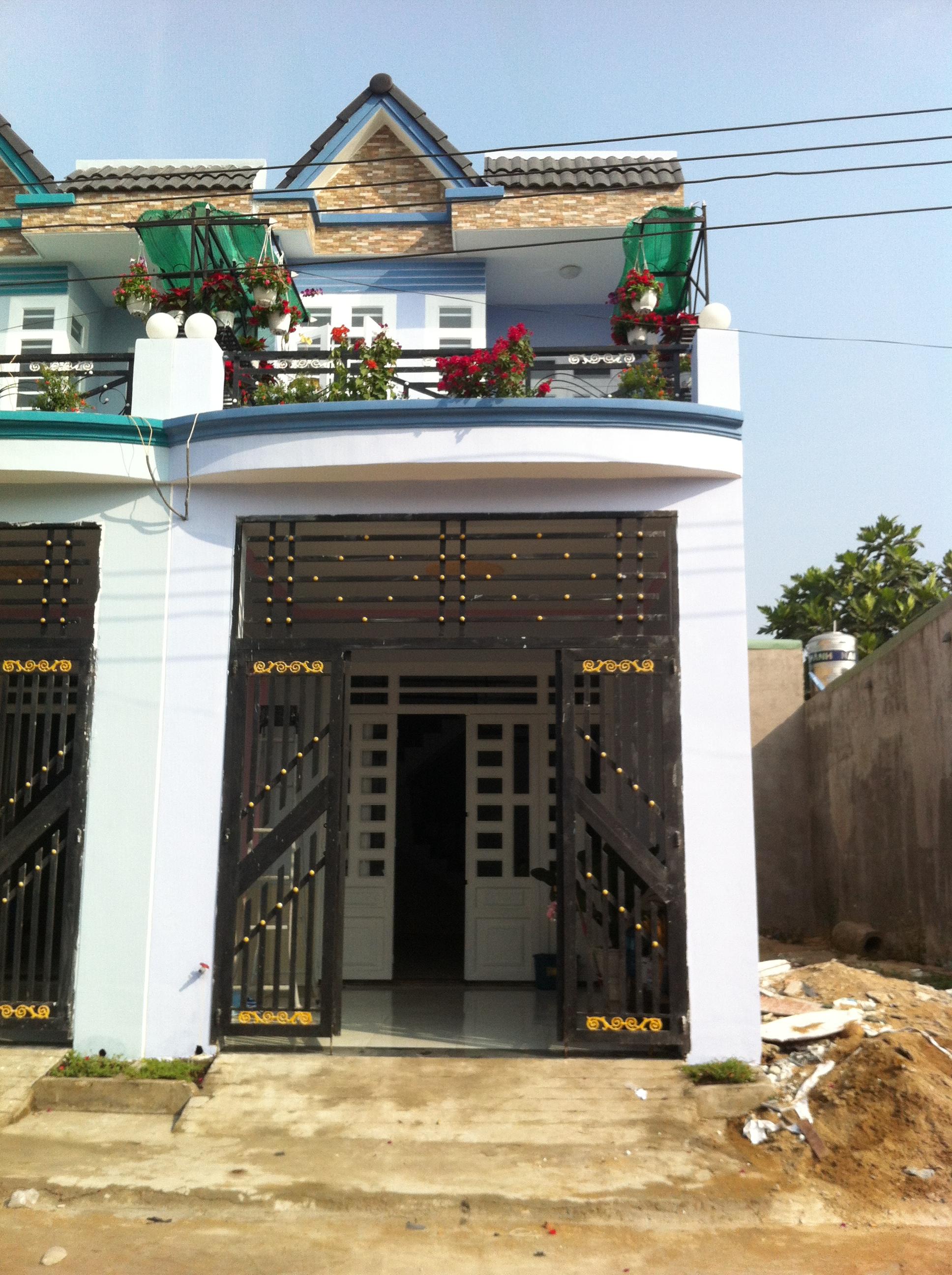 Phía trước Nhà cần bán nằm ngay cổng sau KCN Visip , KCN Vietnam singapore. KCN sóng thần 1,2 thị xã dĩ an