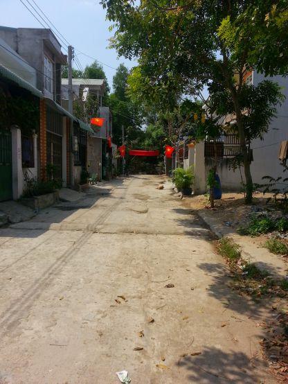 Đường thông thoáng, trong khu dân cư đông đúc.
