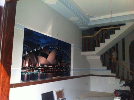 Nhà có tường trang trí tranh phong thủy đẹp.