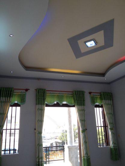 Thiết kế trần là hệ thống đèn mờ hiện đại.