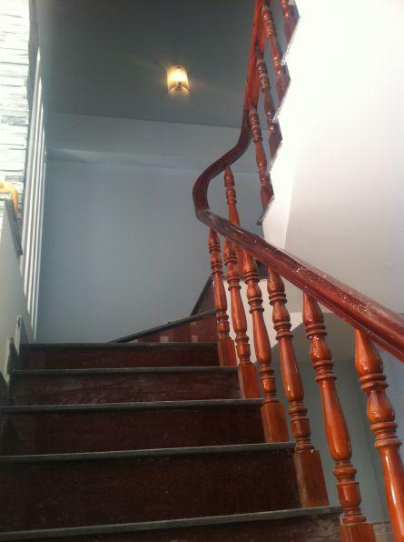 cầu thang gỗ kính ở dĩ an bình dương