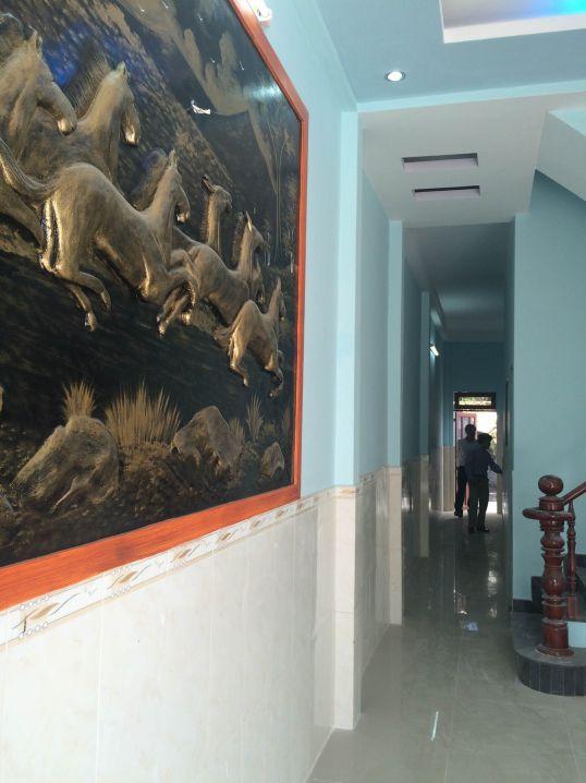 Tường có bức tranh phong thủy đẹp.