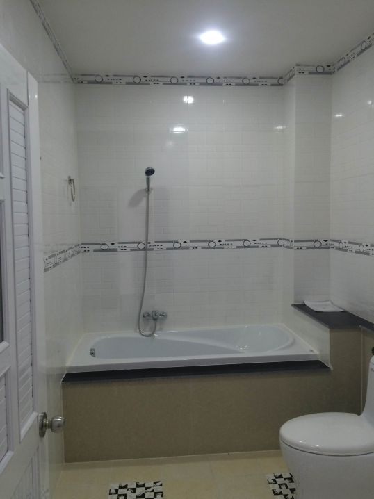 Mẫu phòng tắm nằm hiện đại.