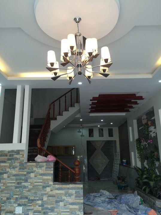 Trần nhà là hệ thống đèn chiếu sáng kiểu mới.