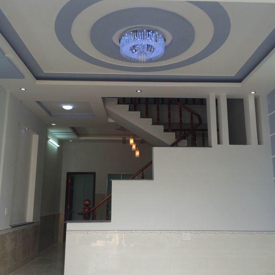Phòng khách thiết kế trần là hệ thống đèn chiếu sáng kiểu mới.