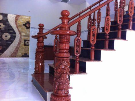 Cầu thang được làm bằng gỗ.