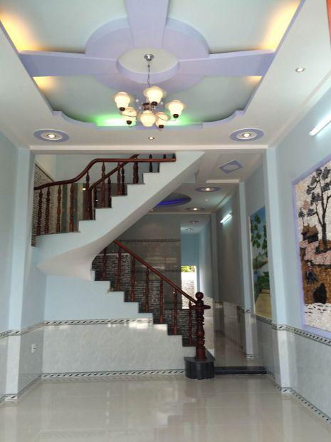 Phòng khách có trần trang trí hệ thống đèn chiếu sáng kiểu mới.