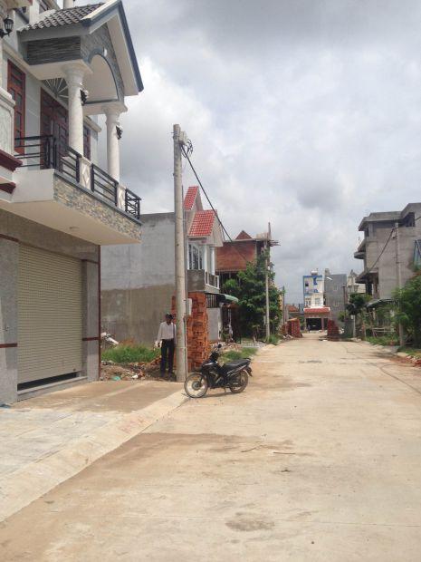 Đường phía trước nhà rộng rãi.