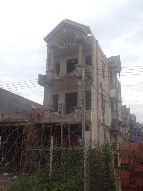 Phía trước căn nhà.