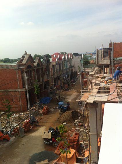 Nhà trong khu phố đang được xây dựng.