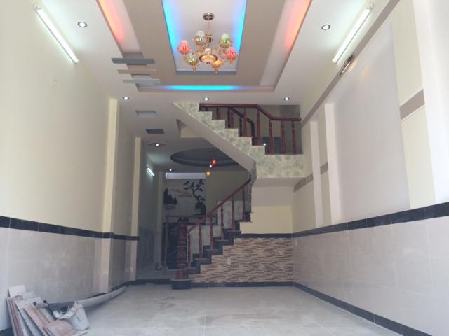 Phòng khách có trần là hệ thống đèn chiếu sáng kiểu mới.