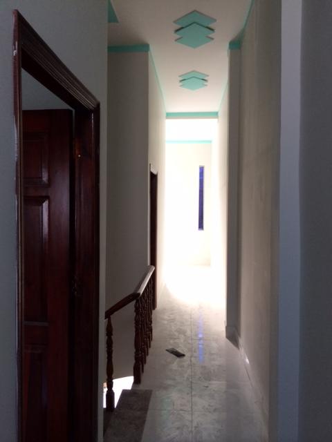 Phía trên lầu 1 với 2 phòng ngủ, 1 tolet và phòng thờ.