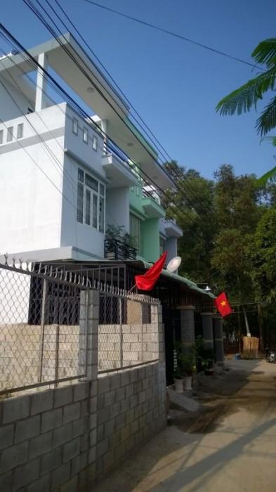 Đường trước căn nhà.