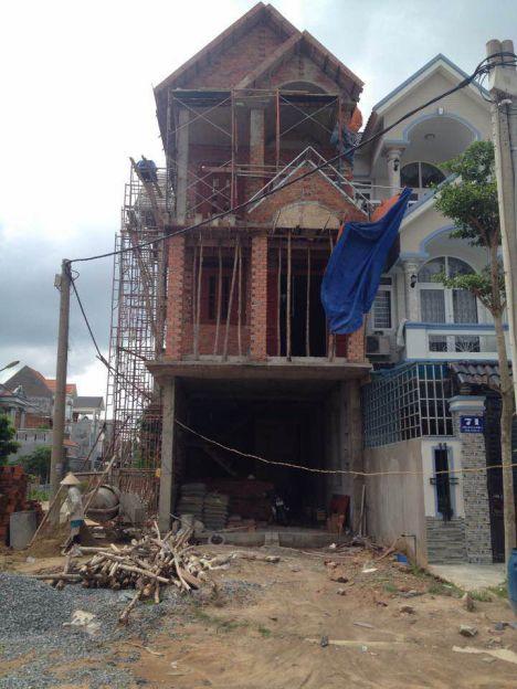 Căn nhà đang được xây dựng.