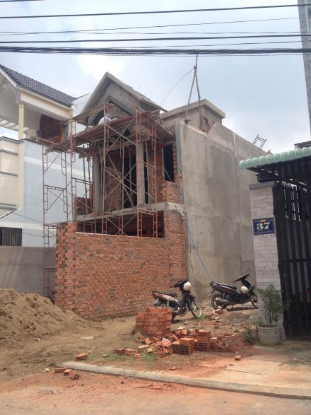 Căn nhà bán đang được xây dựng