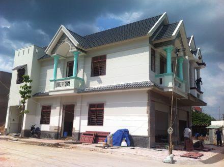 Phía trước căn nhà mặt tiền đang xây dựng.