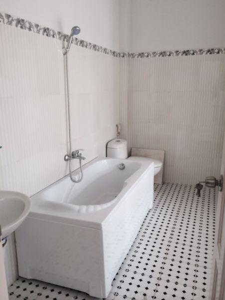Bồn tắm nằm kiểu dáng hiện đại.