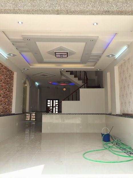 Phòng khách có trần là hệ thống đèn kiểu mới.
