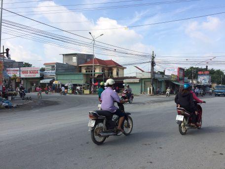 Đường rộng rãi xe cộ đi lại thuận tiện.